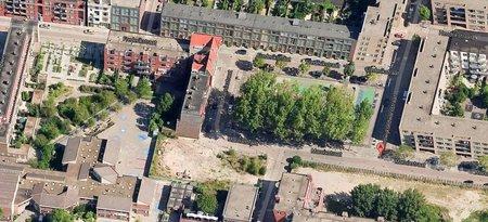 De Marnixstraat in groenere tijden. Rechtsonder staan de 3 populieren die moesten wijken voor nieuwbouw van woningcorporatie PWS. De populieren in het midden van de foto zullen nu ook verdwijnen.