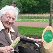 99-jarige plant els ter herinnering aan allereerste Boomplantdag Kralingse Bos